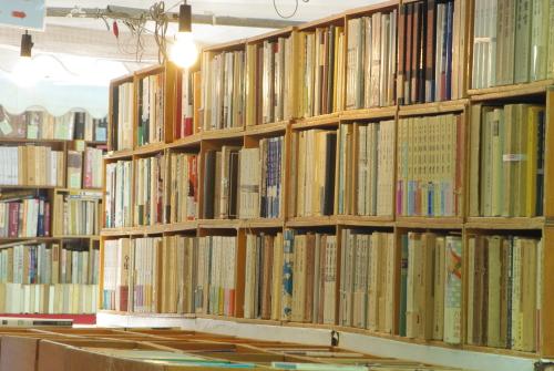 古い本棚、古本