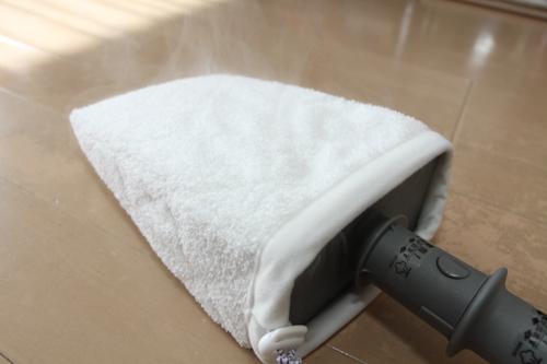 角型マイクロファイバーをつけて、フローリングの汚れを取ります