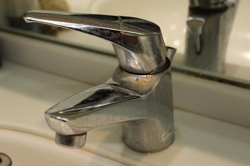 洗面所の水道の蛇口。水垢とか石鹸カスでかなり汚れています。