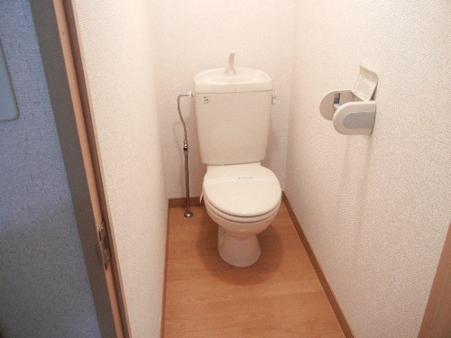 レオパレスのトイレです。ここはフローリングでした。
