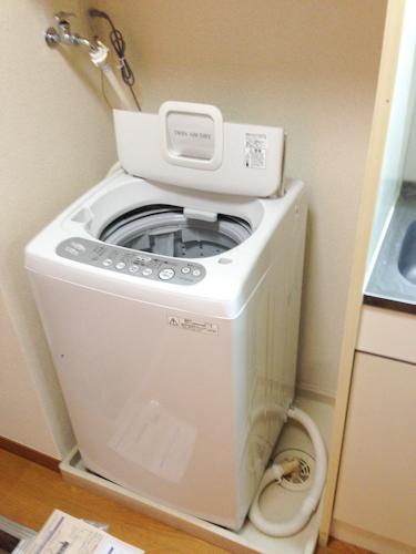 この物件ではキッチンの隣に洗濯機がありました。アメリカンスタイルでしょうか(笑)