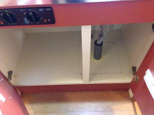 キッチン シンクの下の扉を開けたところ。
