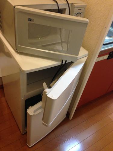 電子レンジと冷蔵庫の扉を開けたところ