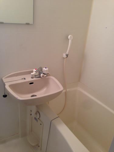 レオパレスのバスルームはシャワーコック共用で、お湯用の蛇口と水用の蛇口をひねって温度調整します。