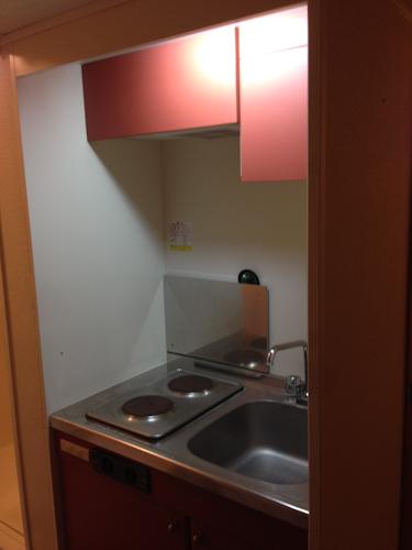 レオパレス21のキッチンは、狭い! 電気コンロ、シンクはありますが、まな板や洗った食器を置くスペースはありません。