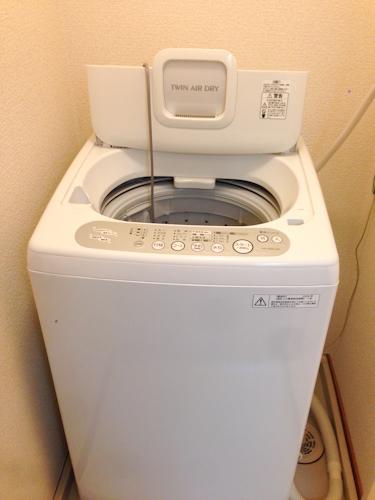 備え付けの洗濯機は新しいか? 古いか? 新品ではないですが、コインランドリーよりは新しいようです。