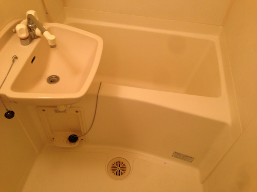 1Kタイプということで、バスタブは小さめです。湯船に浸かるには、ちょっと狭いかも知れません。