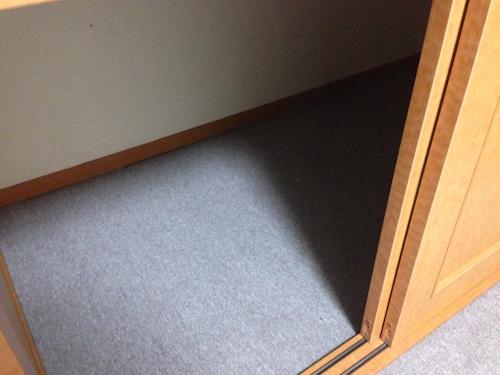 ベッドの下には大きな棚があります