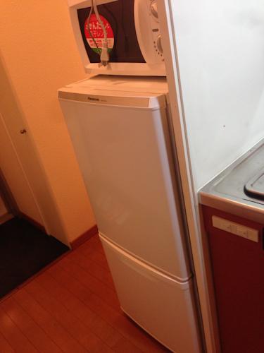 玄関を入ると、すぐキッチンになるタイプ。冷蔵庫と電子レンジは通路に備え付けてあります。