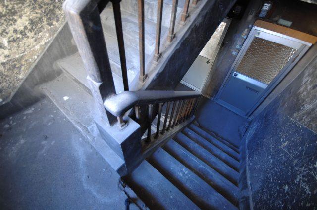 階段や通路が狭く、引越しが大変なアパート