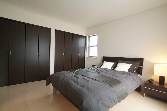 寝室のダブルベッドを置く