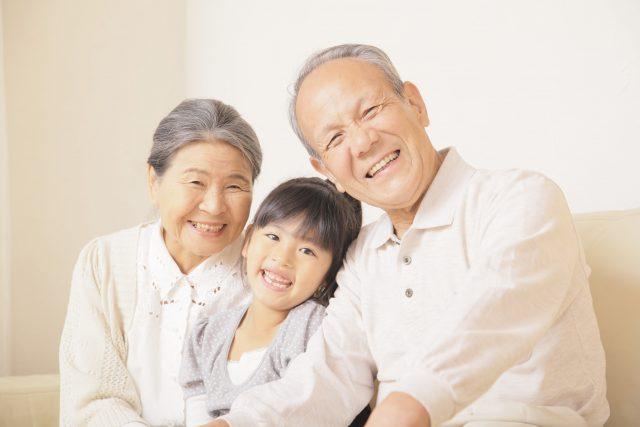 おじいちゃん、おばあちゃんと孫