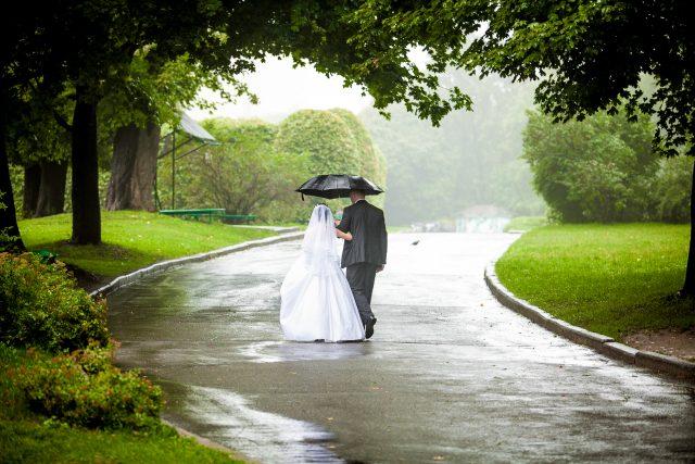 雨の結婚式
