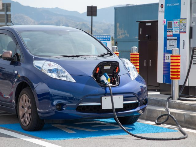 電気自動車を充電中