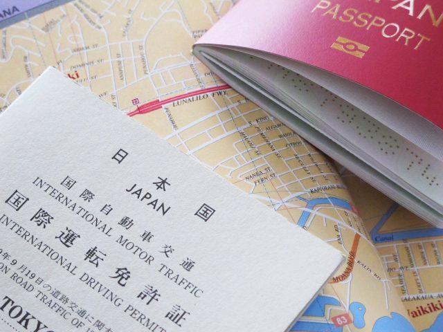 パスポートと国際免許証