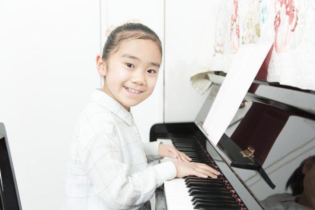 ピアノ教室に通う小学生
