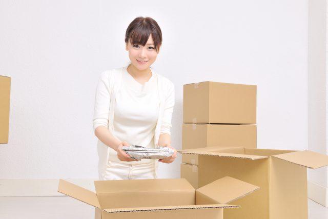 ダンボール箱に雑貨を梱包
