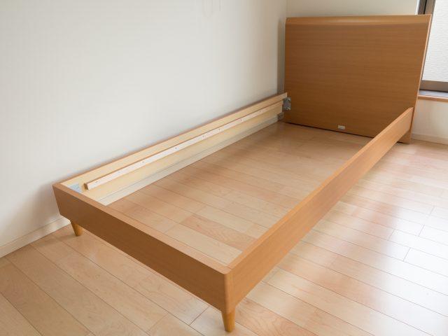 ベッドを分解する