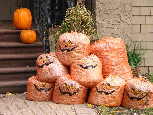 玄関前に大量のごみ袋