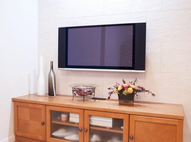壁掛けの大型テレビ
