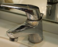 水垢のついた水道の蛇口