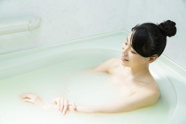 お風呂で湯船につかる