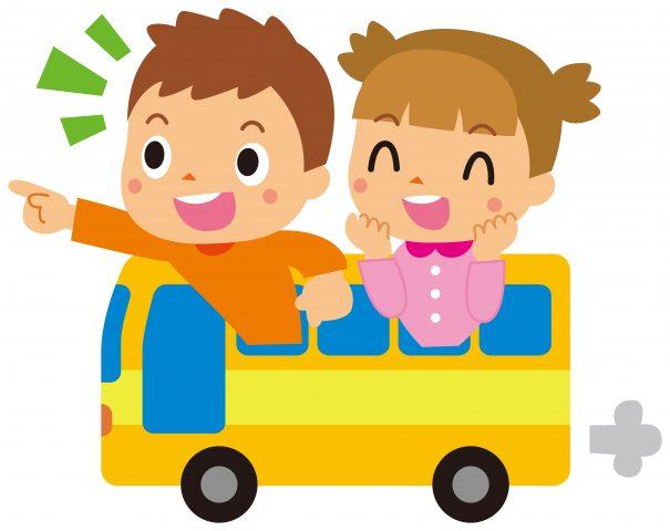 小学生がバスに乗って友達に会いにいく